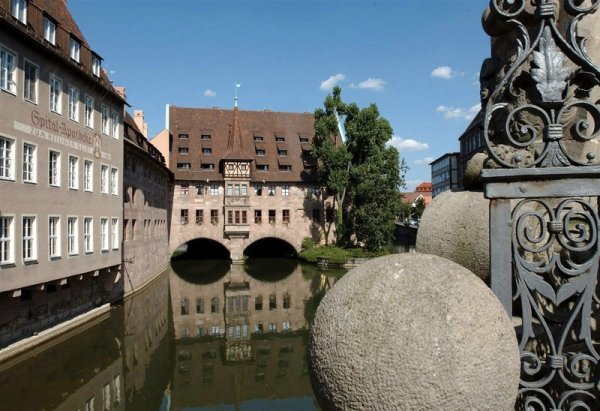 This photo also shows the pharmacy on the left with restaurant below, (photo from tourismus.nuernberg.de)
