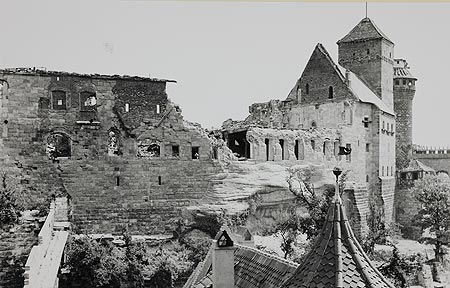 Photo of castle showing devastation from WWII (from kaiserburg-nuernberg.de)