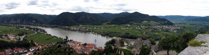 Dürnstein in the foreground with Rossatz across the Danube, in the center (photo from Wikipedia.org)