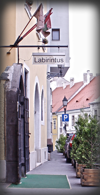 The entrance to the labyrinth (photo from labirintus.ed)